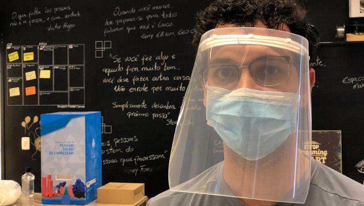 Ifes produz protetores faciais para auxiliar profissionais de saúde no combate à Covid-19